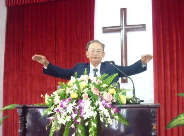 Mục sư Trí sự Trà Văn Cam chúc phước.