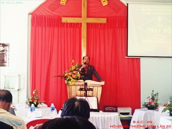 Mục sư Hội Trưởng đọc diễn văn khai mạc.